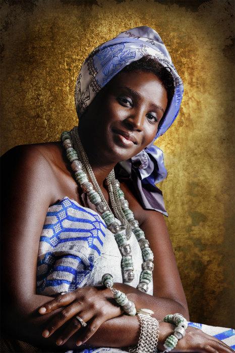 Женщины Agni Akan любят массивные украшения и головные уборы. Автор: Joana Choumali.