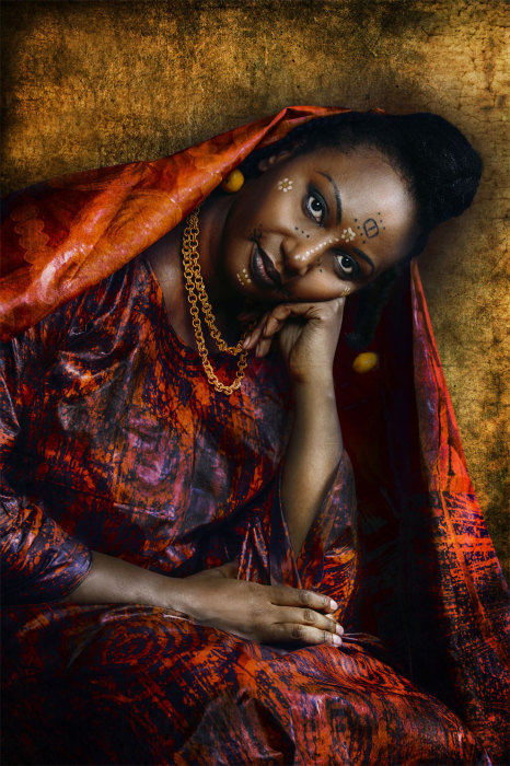 Наряды женщин Peulh Senegalese пестрят красно-синими тонами. Автор: Joana Choumali.