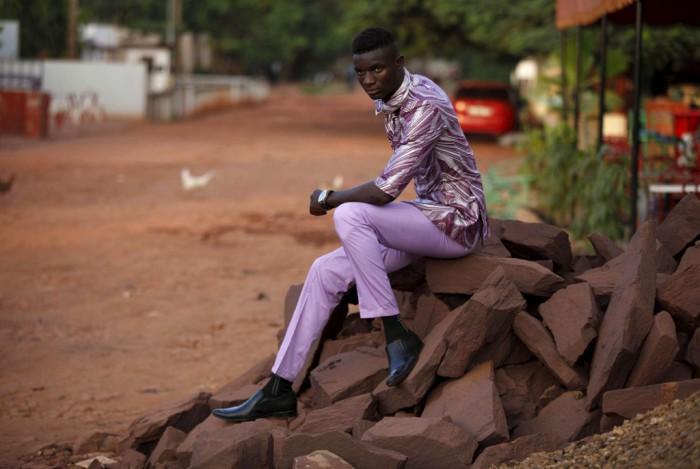 Модель Мамаду Расин позирует в наряде из базина. Дизайнер – Баррос Кулибали. Фотографии с показа мод в Мали. Автор фото: Джо Пенни (Joe Penney).