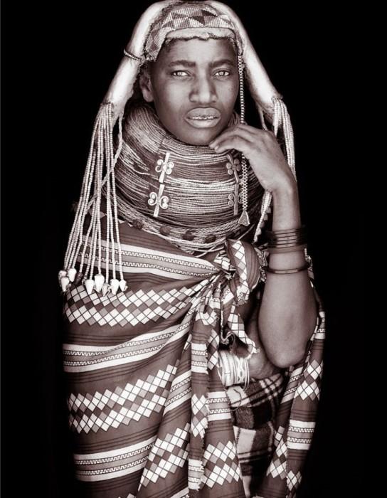 Необычные наряды племенных жителей Африки. Автор: John Kenny.