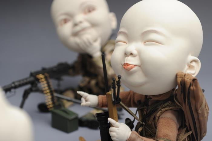 Вооружённые детишки. Автор Johnson Tsang.