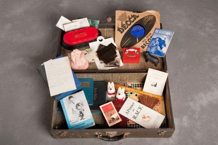 Игрушки, пластинка, книги, открытки. Фото Jon Crispin.