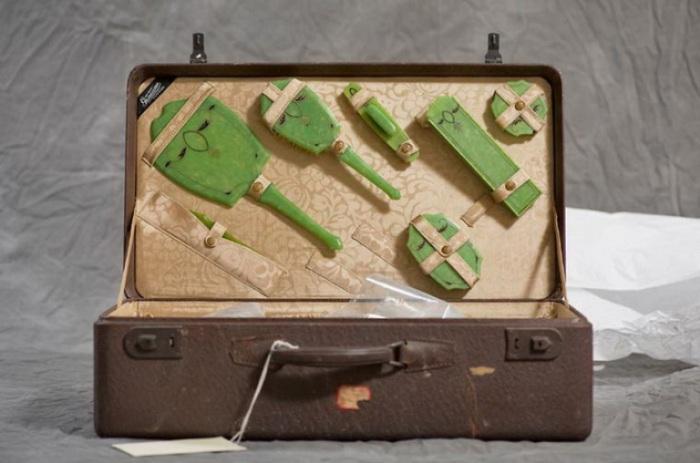 Содержимое чемодана Фриды. Фото Jon Crispin.