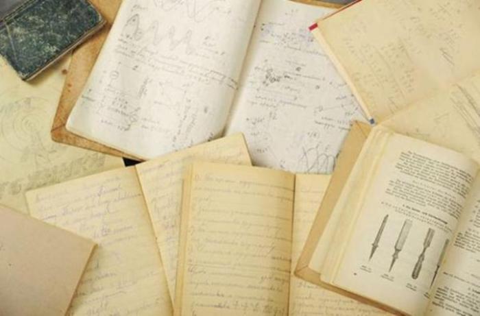 Тетради и книги находящиеся в чемодане Дмитрия.