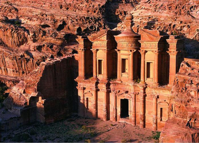 Аль Хазне - место, давно облюбованное кладоискателями.