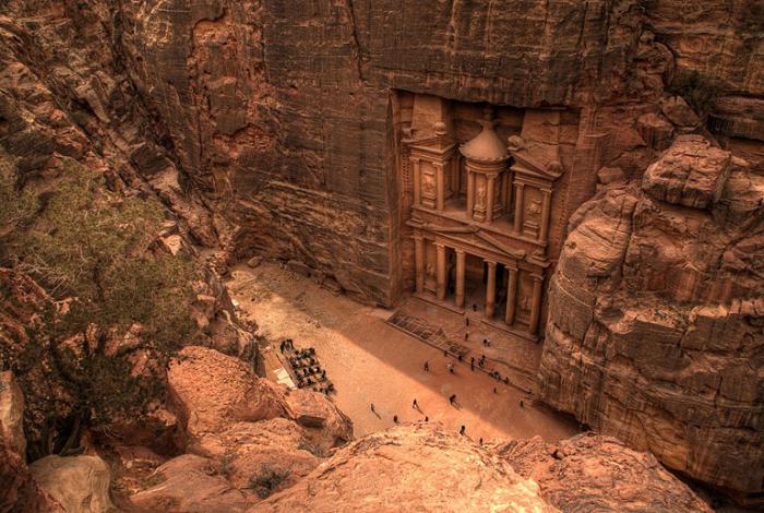 Этот древний чудо-город простирается вдоль извилистой долины, образовавшейся среди скал.