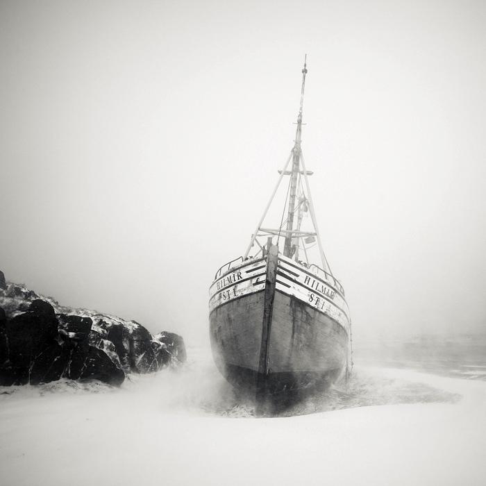 Рыбацкая лодка во время пурги, Исландия. Автор: Josef Hoflehner.