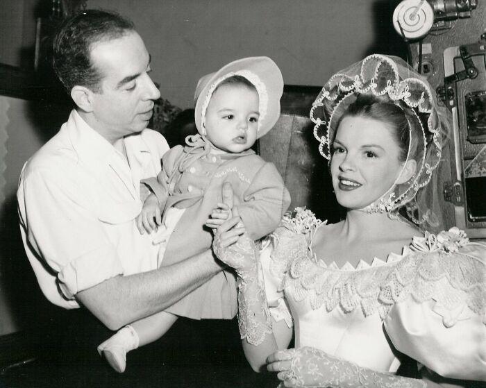 Винсент Минелли, Лайза Минелли и Джуди Гарленд на семейной фотографии 1946 года.
