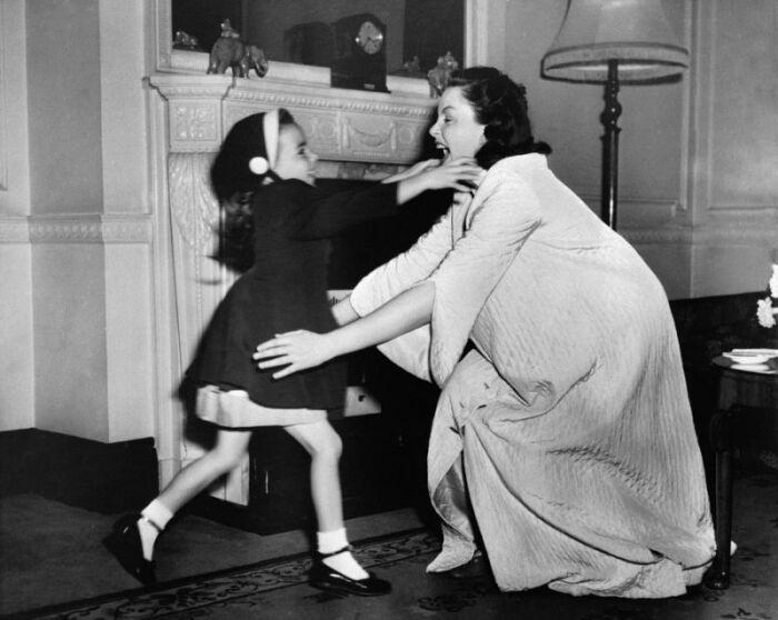 Джуди Гарленд с дочерью, Лайзой Миннелли. \ Фото: sg.finance.yahoo.com.