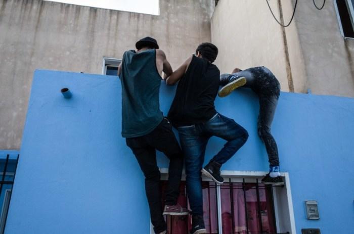 Ребята пытаются проникнуть внутрь одного дома в окрестности, чтобы украсть немного еды. Автор: Karl Mancini.