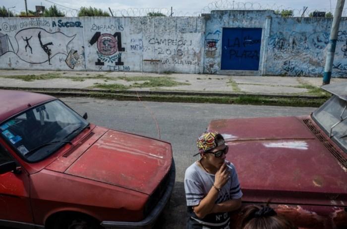 Ф. курит перед одним из входов футбольного стадиона. Автор: Karl Mancini.