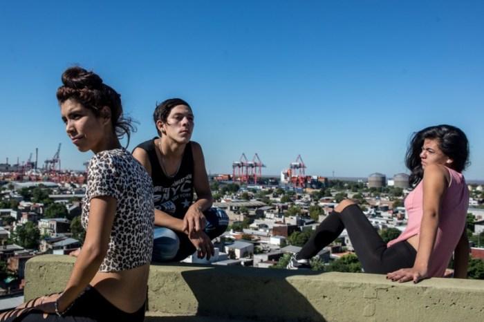 К., F. и А. сидят на крыше одной из башен Док-Сюр. Автор: Karl Mancini.