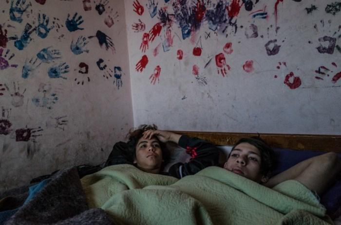 Ф. и К. в холодное раннее зимнее утро в своей комнате. Автор: Karl Mancini.