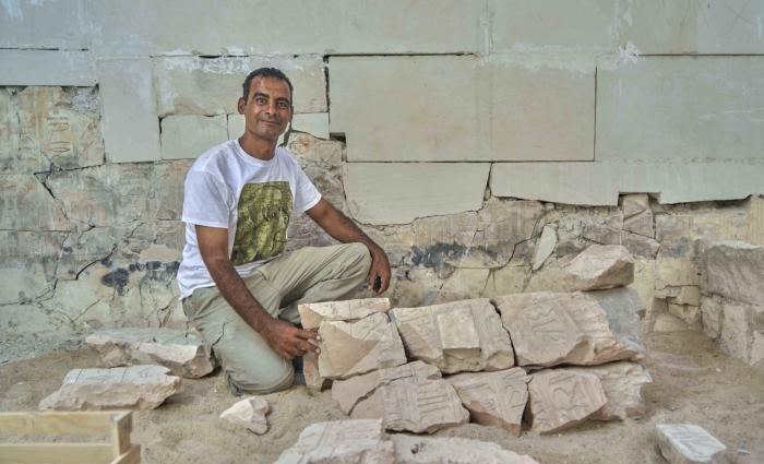 Египетский археолог Мухаммед Шабеб демонстрирует, как собрать воедино древнюю головоломку.