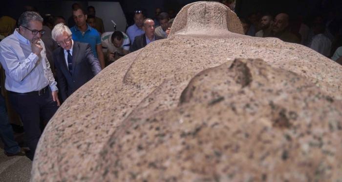 Министр древностей Египта Халед Аль-Анани пристально смотрит на саркофаг Tausert, демонстрирующийся впервые с момента его обнаружения.
