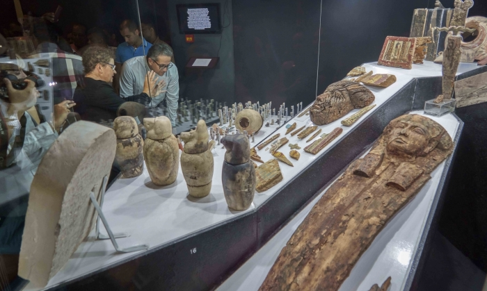 Министр древностей Египта и египтолог Елена Пищикова открыла временную выставку в Луксорском музее по случаю открытия гробниц.