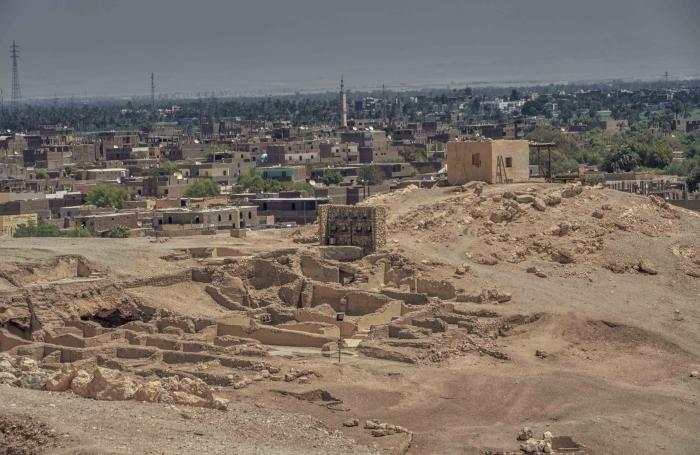 Район Дра-Абул-Нага на западном берегу Луксора, земля которого постоянно раскрывает сокровища древнего  Египта.