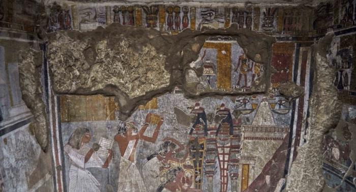 На фреске внутри гробницы изображен Рай, четвертый пророк Амона и его жена Мутемия.