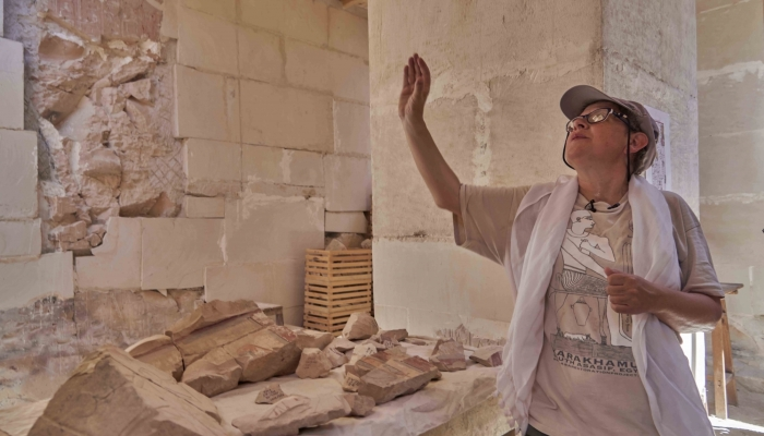 Ешиптолог Елена Пищикова объясняет процесс реставрации у могилы Карахамона.