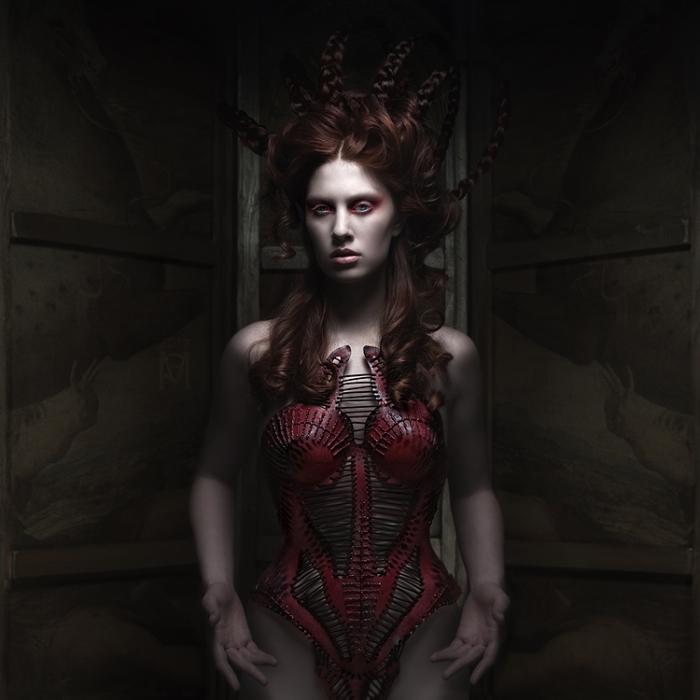 Красный корсет. Автор работ: дизайнер-модельер Катажина Конежка (Katarzyna Konieczka).