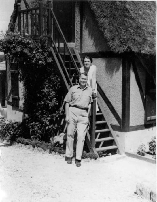 Екатерина Десницкая вместе с мужем Гарри Стоуном возле своего дома во Франции. \ Фото: yandex.ua.