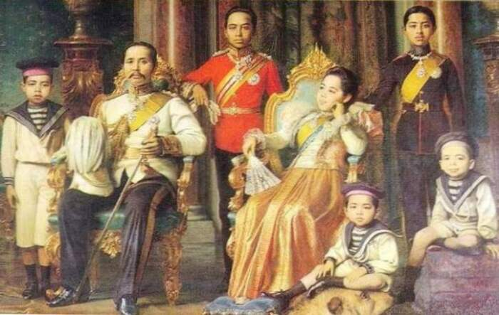 Принц Чакрабон с семьёй во дворце в Бангкоке. \ Фото: fakta.today.