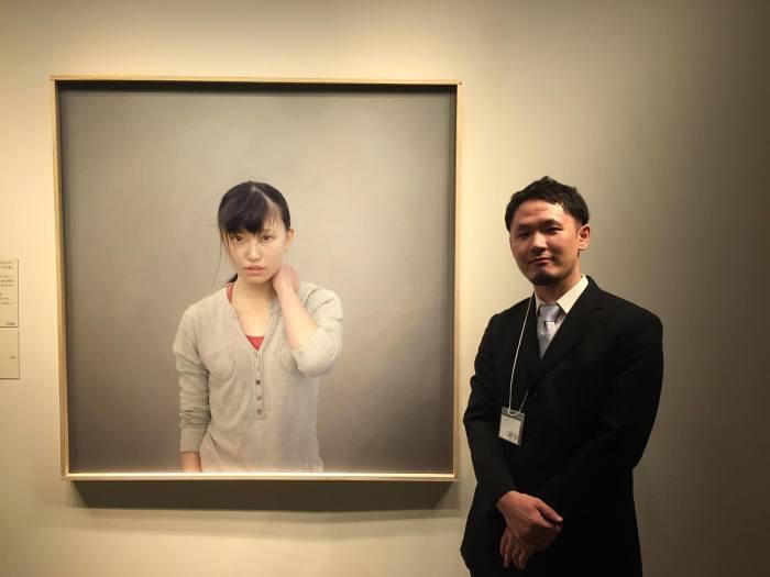 Художник с одной из своих картин.