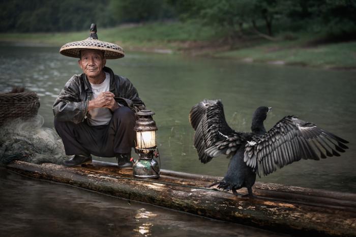 Человек с фонарём, Китай. Автор работ: Кен Коскела (Ken Koskela).