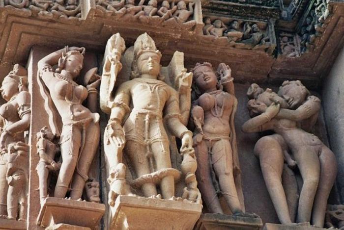 Эротические скульптуры - визитная карточка деревни Кхаджурахо.