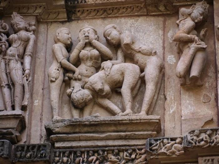 Еще одна из версий:  подобного рода любовные сцены изображенные на храмах, символизируют гармонию и счастье. Кхаджурахо.