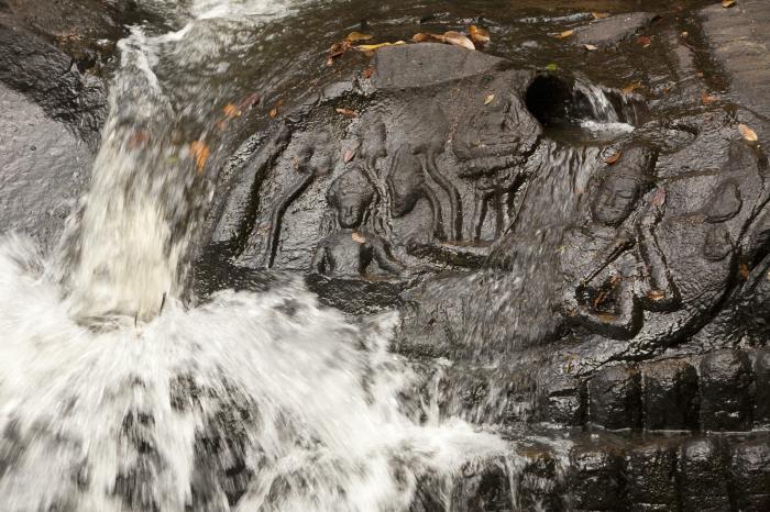 Кбал Спин на холмах Кулен и Пном Кулен имеют священные резные изображения на берегах рек, которые благословляют воду и делают её плодородной. \ Фото: lonelyplanet.com.