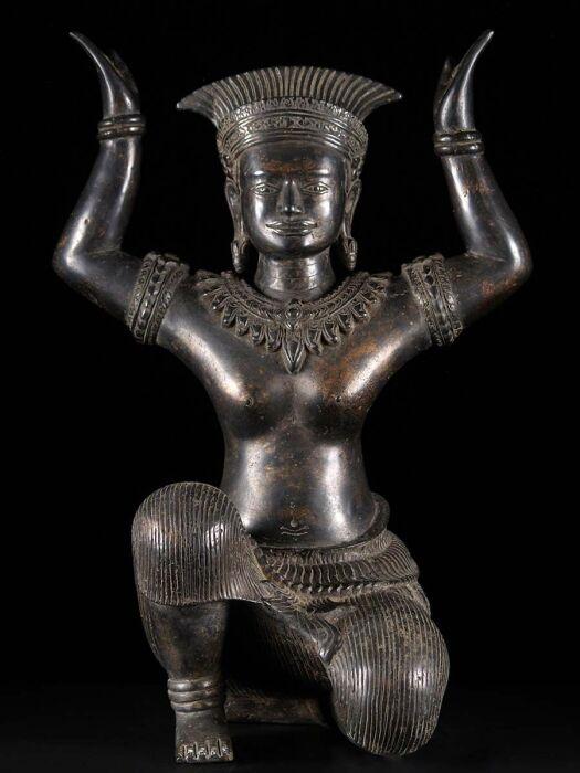 Бронзовая статуя королевы Индрадеви. \ Фото: dharmasculpture.com.