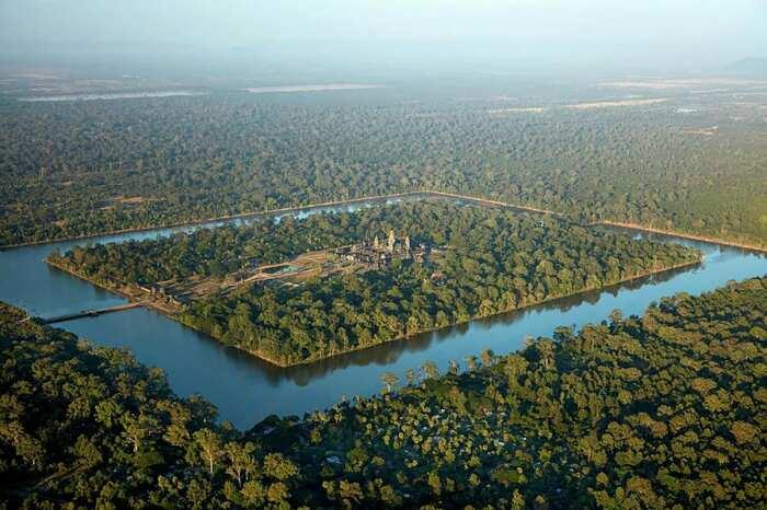 Ров, окружающий Ангкор-Ват, предотвращает падение уровня грунтовых вод и затопление храма. \ Фото: fineartamerica.com.