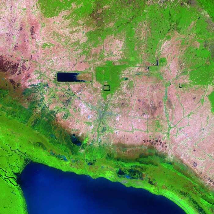 Западный Барай и ров Ангкор-Вата, прямые трассы основных каналов и Тонлесап из космоса. \ Фото: earthobservatory.nasa.gov.
