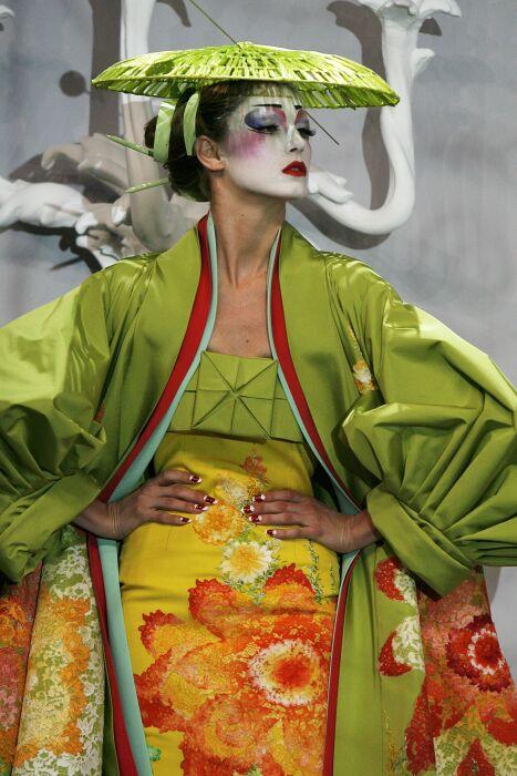 Анджела Линдвалл в кимоно от Джона Гальяно, коллекция Весна/Лето 2007 год. \ Фото: archidom.ru.