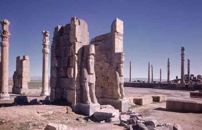 Ворота всех земель, возведённые Ксерксом в 5 в. до нашей эры в древнем персидском городе Персеполе. \ Фото: pinterest.com.