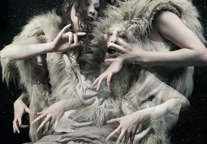 Женские руки. Фоторабота Kiyo Murakami.
