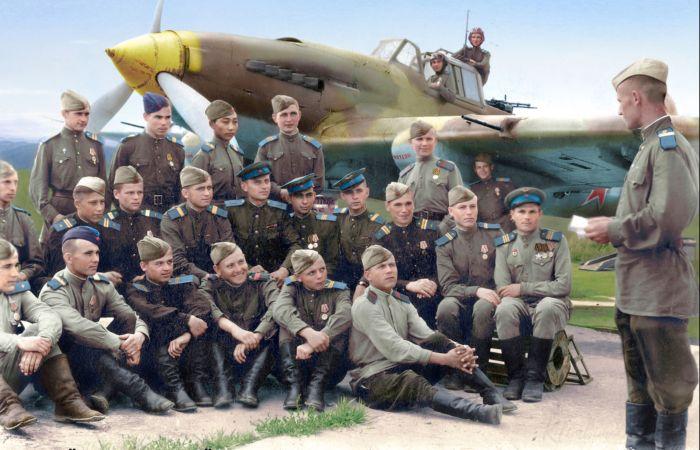Разбор полётов с техсоставом 3-й эскадрильи, Пхеньян, 1946 год. Автор: Ольга Ширнина.