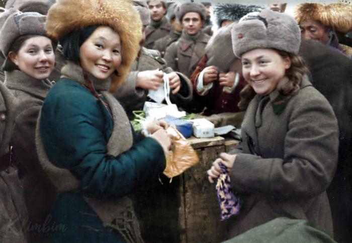 Вручение подарков воинам 11 армии СЗФ членами монгольской делегации, 1942 год. Автор: Ольга Ширнина.