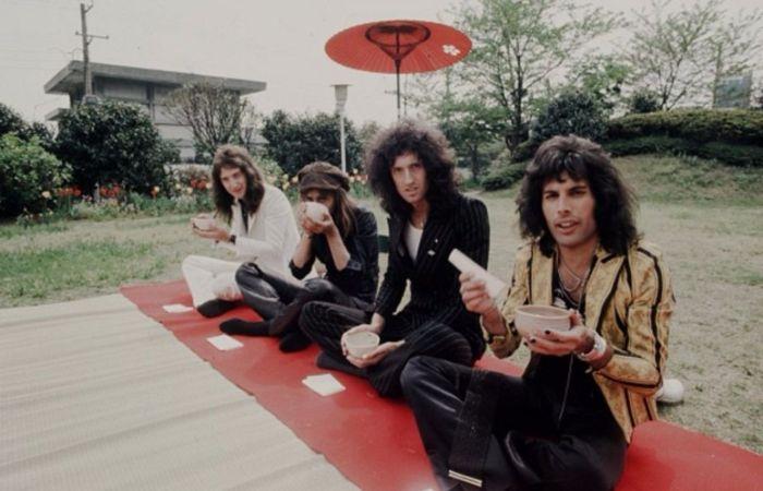 «Queen» в саду отеля, Токио, 22 апреля 1975 года. Автор: Koh Hasebe.