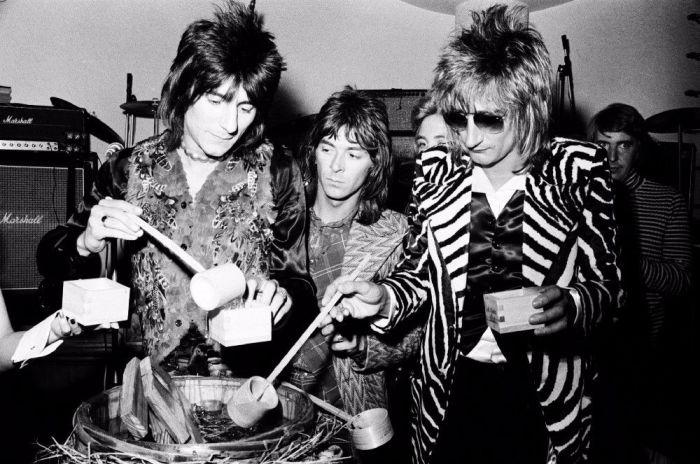 Род Стюарт, Рон Вуд и Иэн Маклэган из рок-группы «The Faces» на приёме в честь музыкантов в Токио, апрель 1974 года. Автор: Koh Hasebe.