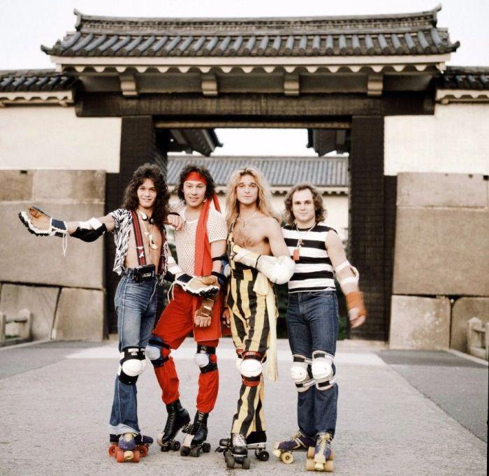Американская хард-рок-группа «Van Halen» позирует в роликовых коньках в парке самурайского замка в Осаке, сентябрь 1979 года. Автор: Koh Hasebe.