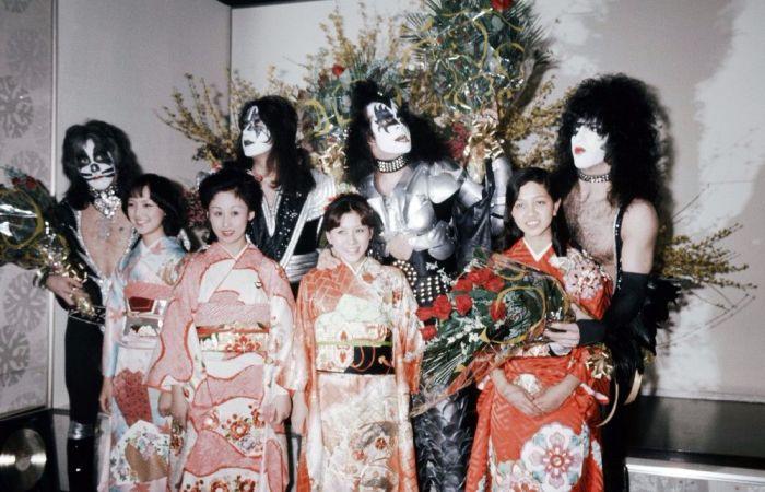 Группа «Kiss» и женщины в кимоно на торжественном приёме в Токио, март 1977 года. Автор: Koh Hasebe.