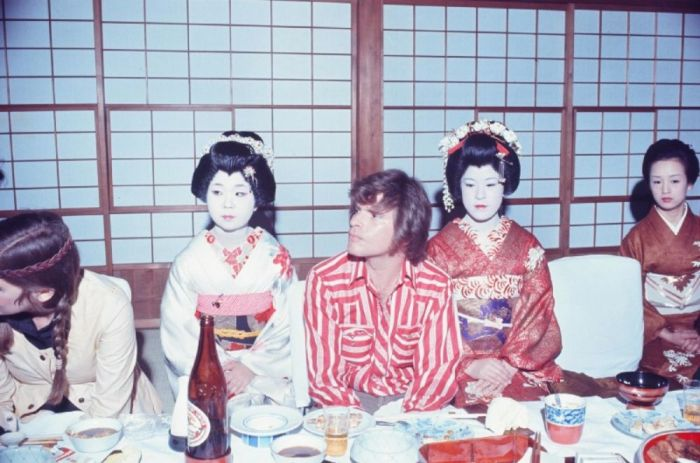 Вокалист Джон Фогерти и «Creedence Clearwater Revival» с гейшами на ужине в Токио, февраль 1972 года. Автор: Koh Hasebe.
