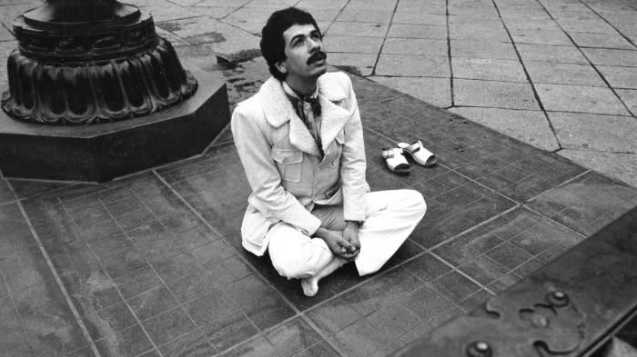 Карлос Сантана в древнем городе Камакура, 1974 год. Автор: Koh Hasebe.