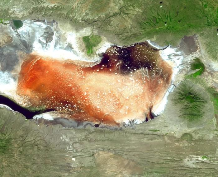Пугающее и одновременно манящее озеро Натрон.
