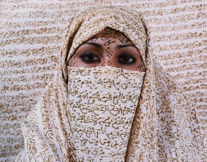 Нелегкая судьба восточных женщин. Наложница. Автор работ: марокканская художница Лала Эссаиди (Lalla Essaydi).
