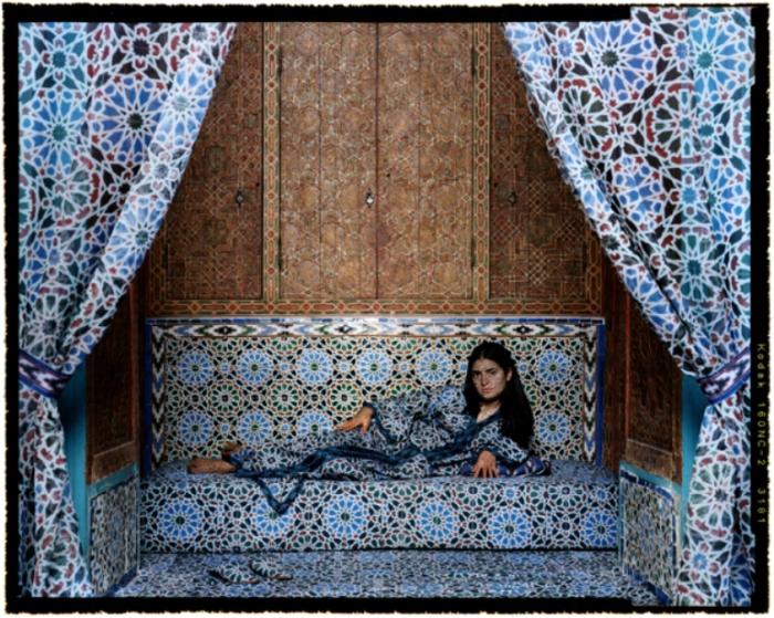 Одалиска. Автор работ: марокканская художница Лала Эссаиди (Lalla Essaydi).