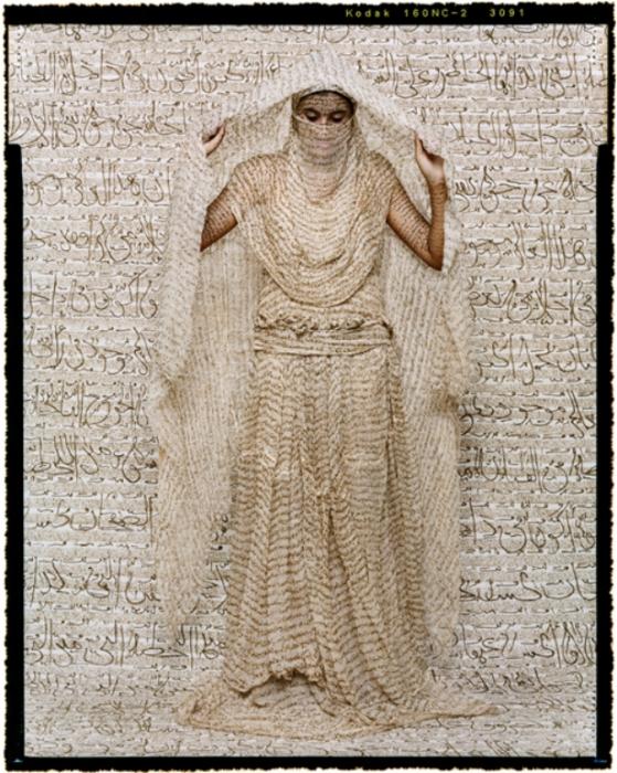Скрывая лицо. Автор работ: марокканская художница Лала Эссаиди (Lalla Essaydi).