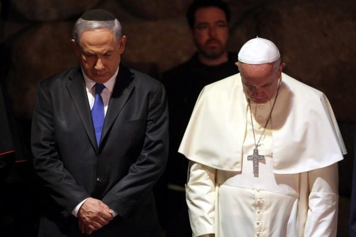 Папа Франциск и премьер-министр Израиля Биньямин Нетаньяху присутствовали на церемонии поминовения у мемориала Холокоста, Иерусалим. \ Фото: washingtonpost.com.